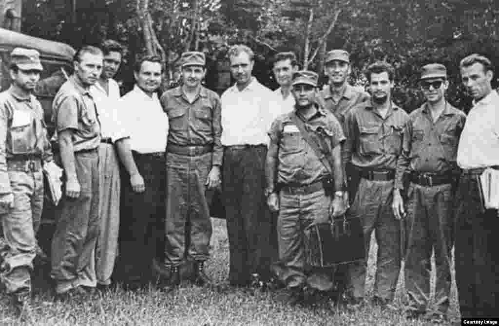 Raúl Castro con asesores soviéticos en Cuba, a su izquierda el coronel Dimitri Yazov.