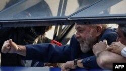 El expresidente brasileño Luiz Inácio Lula da Silva saluda a los militantes del Partido de los Trabajadores (PT) desde la ventana del sindicato de los metalúrgicos, en Sao Bernardo do Campo.