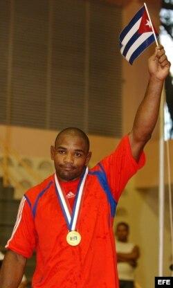 Yoel Romero festeja con una bandera cubana la medalla de oro conseguida en la final de lucha libre, categoría 85 kg, de los Juegos Panamericanos 2003, en República Dominicana.