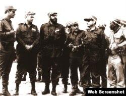 De izq. a der. el General Arnaldo Ochoa, el General Senén Casas, Fidel Castro, General Rafael del Pino, el General Chileno Anaya Castro y Victor Drake el jefe de la Dirección Política del MINFAR.