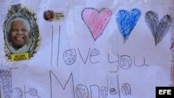 Varios mensajes de ánimo han sido colocados en paredes frente al hospital donde el expresidente sudafricano Nelson Mandela permanece hospitalizado desde el pasado día 8 por una infección pulmonar, en Pretoria, Sudáfrica