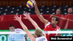 El voleibolista cubano Javier Jiménez (camiseta roja).