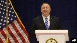 El secretario de Estado Mike Pompeo habla a los medios en Doha, Qatar, después de la firma del acuerdo de paz con los talibanes.