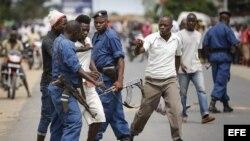 Un manifestante es detenido durante las protestas antigubernamentales en Buyumbura, Burundi.
