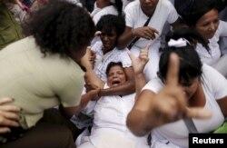 Fuerzas del régimen reprimen a las Damas de Blanco el 20 de marzo de 2016 en La Habana. REUTERS/Ueslei Marcelino.