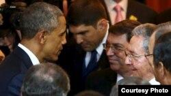 El presidente Barack Obama conversa con Raúl Castro y el canciller de Cuba, Bruno Rodríguez, durante la inauguración de la VII Cumbre de las Américas en Panamá.