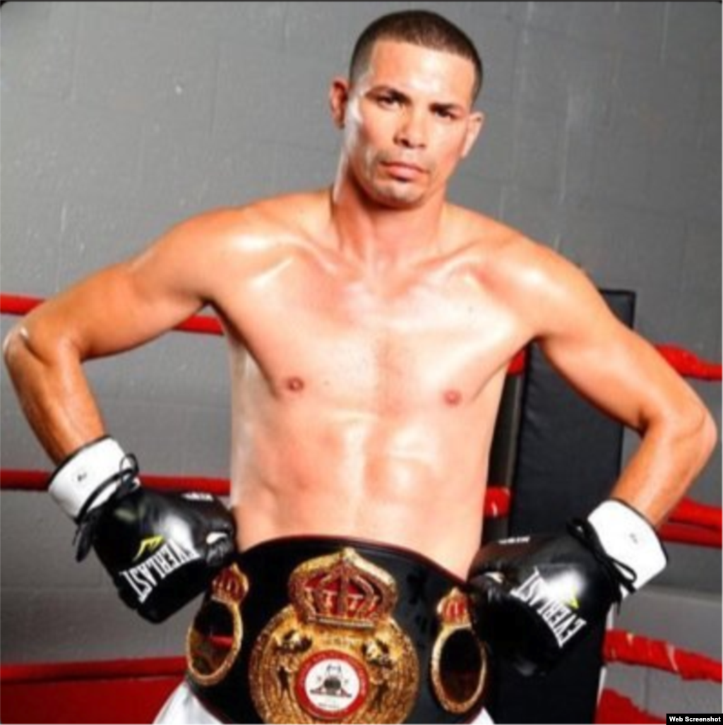 PESO LIGERO: Campeón Mundial: Richard Abril (CUBA)  .1. Darleys Pérez (campeón interino) (COLOMBIA)