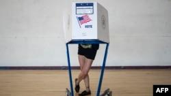 Ua ciudadana ejerce su derecho al voto durante las primarias demócratas en junio pasado, en New York. (Johannes EISELE / AFP)