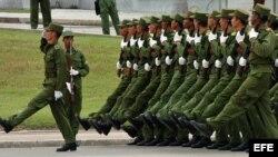 Soldados cubanos participan en el ensayo del desfile militar.