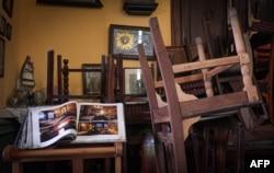 """La sillas de la famosa paladar """"La Guarida"""" patas arriba por el coronavirus. ADALBERTO ROQUE / AFP)"""
