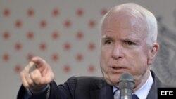 XITS107 TOKIO (JAPÓN) 21/08/2013.- El senador estadounidense John McCain se reúne con estudiantes de la Conferencia de Estudiantes Japonesa americana (JASC) en Tokio (Japón) hoy, miércoles 21 de agosto de 2013. EFE/Franck Robichon/Pool