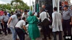 Una sobreviviente del avión Boeing-737 que se estrelló poco después de despegar del aeropuerto José Martí de La Habana (Cuba), es transportada hoy, viernes 18 de mayo de 2018, en el hospital Calixto García de La Habana (Cuba). Tres personas sobrevivieron