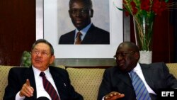 Archivo (2009) Raúl Castro (i), conversa con el primer ministro de Angola, Paulo Kassoma (d), en Luanda, Angola.