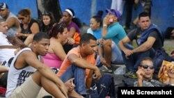 """Cientos de migrantes cubanos quedaron varados en camino a EEUU tras la derogación de """"pies secos, pies mojados""""."""