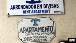Vista de los anuncios de varias casas de alquiler para turistas en un edificio de La Habana.