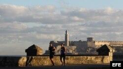 Una pareja corre por el malecón habanero al amanecer de hoy, jueves 18 de diciembre de 2014, en La Habana (Cuba).