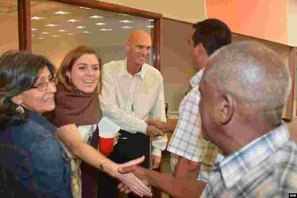 Los opositores Ramón Jiménez, Damaris Moya y José Borges (derecha) durante su visita a Martinoticias este 8 de octubre intercambian saludos con directivos de OCB Natalia Crujeriras y Alberto Pando (segunda y tercero de izquierda a derecha)