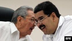 Raúl Castro (izq) y Nicolás Maduro conversan el 20 de octubre de 2014 en la inauguración de la cumbre extraordinaria que celebra la Alianza Bolivariana de los Pueblos de América (ALBA).