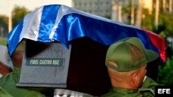 Mientras las cenizas de Fidel Castro recorren la isla, sus seguidores y adeptos se enfrentan a golpe de emociones.