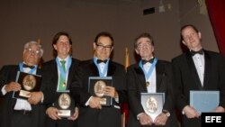 De izquierda a derecha, Miguel Angel Bastenier, David Lunhow, Juan Forero, Teodoro Perkoff y Carlos Pérez Barriga reciben el premio María Moors Cabot 2012, en Nueva York, EE.UU.
