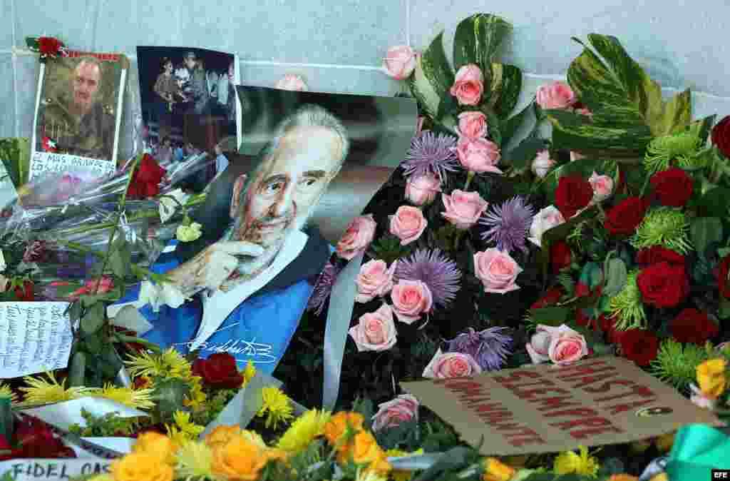 Fotografía de fotografías y ramos de flores en honor al fallecido líder cubano Fidel Castro hoy, martes 29 de noviembre de 2016, durante los homenajes en la Plaza de la Revolución en La Habana (Cuba). EFE/Alejandro Ernesto