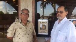 Ismael Hernández y Marino Bengochea recogen firmas en Miami para enjuiciar a Raúl Castro.
