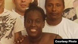 Sonia Garro junto a su esposo y activistas de derechos humanos en La Habana