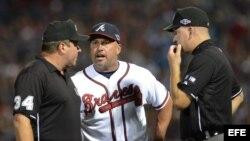Fredi González (c) discute con los árbitros.