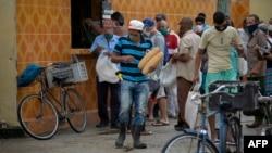 Cubanos hacen colas fuera de las tiendas para comprar pan