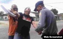 La policía política arresta al pastor Mario Félix Lleonart Barroso. (Archivo)