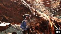 Miembros del equipo de rescate se internan en la cueva donde aún permanecen cuatro niños atrapados junto a su entrenador de fútbol.