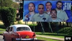 Valla de propaganda en La Habana pidiendo libertad para los 5 espías de la Red Avispa.