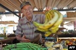 Vendedor en agromercado de La Habana.