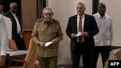 Raúl Castro junto al presidente designado Miguel Díaz-Canel, en una captura de imagen de la TV estatal cubana. (HO/Cubavision/AFP)