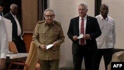 Captura de imagen de la TV estatal cubana del jefe del Partido Comunista Raúl Castro junto al presidente designado Miguel Díaz-Canel.