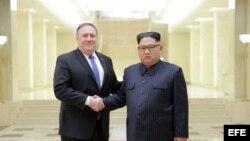 El secretario de Estado estadounidense Mike Pompeo y el dictador norcoreano Kin Jhon Un