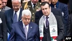 El presidente Palestino Mahmud Abbas (L) camina junto a el ex Ministro de Interior y Justicia de Venezuela, Tareck El Aissami (R), luego de depositar una ofrenda floral en la tumba del Libertador Simón Bolívar en Caracas el 27 de noviembre de 2009.
