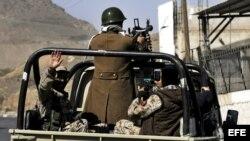 Milicianos del movimiento chií de los Huthis patrullan las calles cerca del palacio presidencial de Saná, en Yemen.