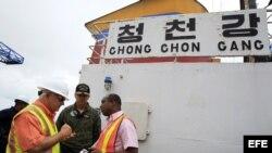 El presidente panameño, Ricardo Martinelli (i), junto al fiscal Javier Caravagio (d), y el director del Servicio Aeronaval de Panamá, Belsio González (c), realizan un recorrido hoy, martes 16 de julio de 2013, por el barco norcoreano Chong Chon Gang.