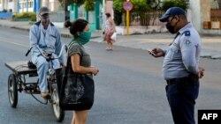 Policía en las calles de La Habana.