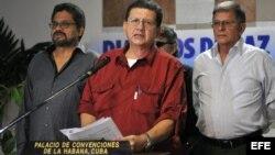"""El integrante de las Fuerzas Armadas Revolucionarias de Colombia (FARC) Jorge Torres Victoria (c), alias """"Pablo Catatumbo"""" (i), lee un comunicado en el Centro de Convenciones de La Habana (Cuba)."""