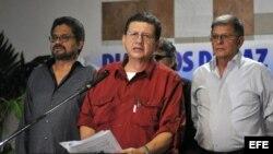 """El integrante de las Fuerzas Armadas Revolucionarias de Colombia (FARC) Jorge Torres Victoria (c), alias """"Pablo Catatumbo"""" (i), lee un comunicado en el Centro de Convenciones de La Habana (Cuba). Archivo."""