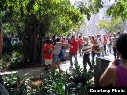 Protesta de activistas en el Parque Central, La Habana, 23 de abril 2015. Foto: Mario H. Driggs.