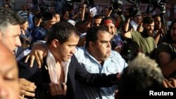 Seguidores de Guaidó lo rescatan de las turbas chavistas a su llegada al aeropuerto de Maiquetía. REUTERS/Fausto Torrealba