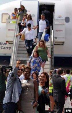 Pasajeros descienden del Airbus 320 de jetBlue que realizó el vuelo 387 Fort Lauderdale-Santa Clara, el primero comercial programado desde EE.UU. en 55 años