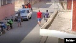 Una patrulla de la policía frente a la vivienda de Katerine Mojena.