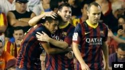 El delantero argentino del FC Barcelona Leo Messi (c) celebra su tercer gol con el brasileño Neymar Da Silva (i), junto a Andrés Iniesta, durante el partido que disputaron Valencia CF y FC Barcelona.