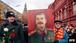 Comunistas rusos sostienen un cartel del ex dictador Josef Stalin, ante su tumba en la Plaza Roja de Moscú, Rusia. Archivo.