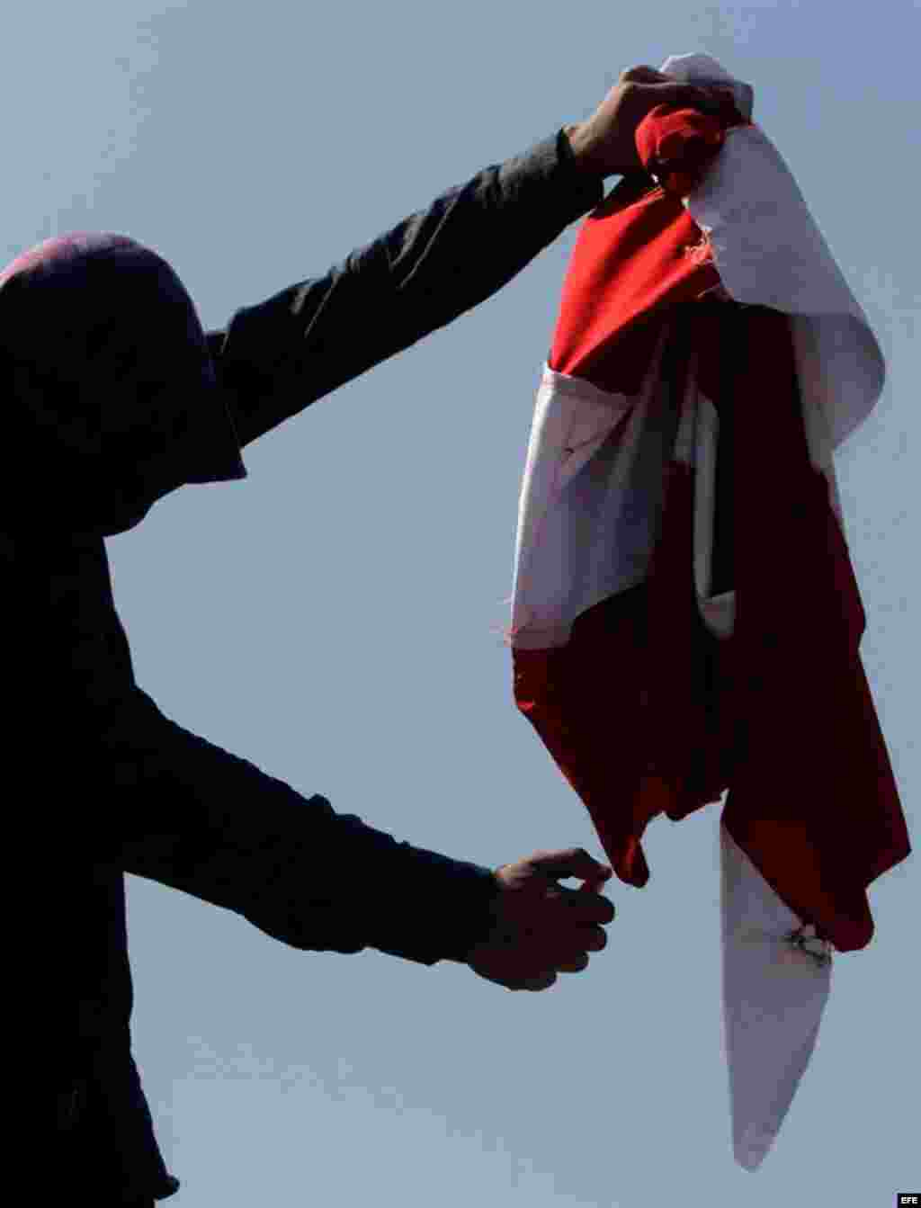 Un manifestante quema una bandera estadounidense durante una protesta en contra de Estados Unidos por un vídeo ofensivo contra el profeta Mahoma hoy, viernes 14 de septiembre de 2012 en Srinagar, capital de verano de la cachemira india.