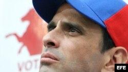 Fotografía cedida por Prensa Comando Simón Bolívar del candidato presidencial venezolano, el líder opositor Henrique Capriles, durante una asamblea de ciudadanos que se llevó a cabo en Caracas (Venezuela) hoy, miércoles